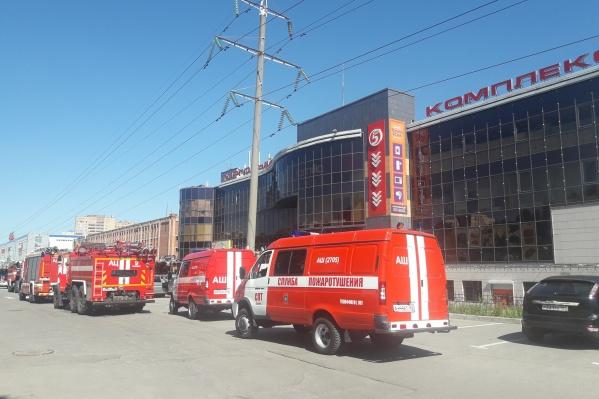 К ТЦ приехало несколько пожарных расчётов