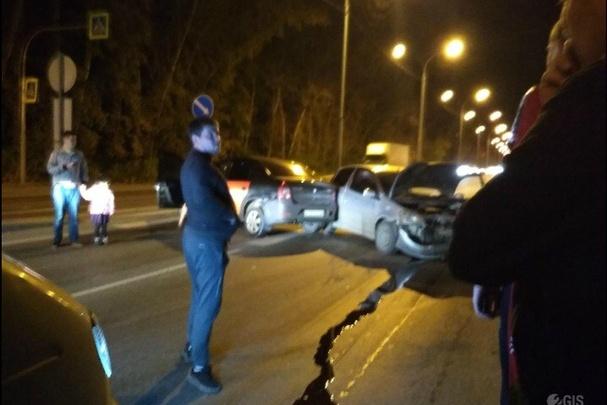 В Заельцовском районе столкнулись две легковушки— авария заблокировала движение