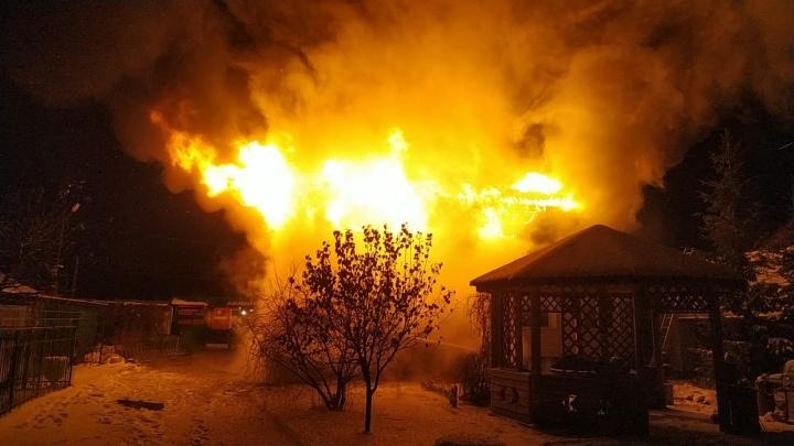 В Магистральном более 70 спасателей тушили пламя в частном доме