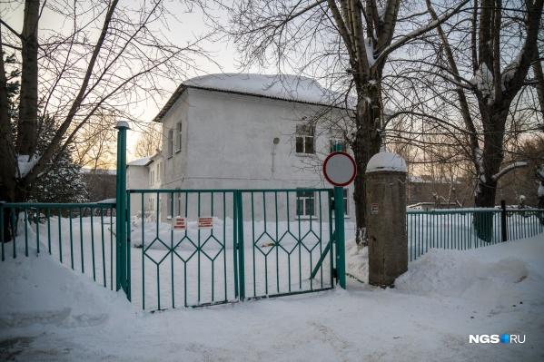 """В одном из корпусов детсада <nobr class=""""_"""">№ 242</nobr> на улице Титова, 24 введён режим ЧС и начались ремонтные работы"""