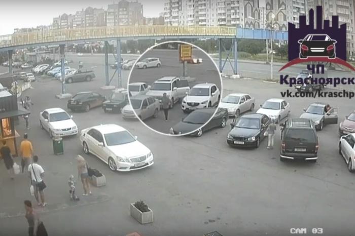 Инцидент произошел на парковке у ТЦ «Сибирский городок» на ул. Молокова