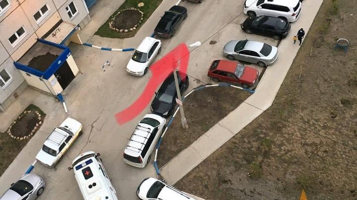 Припаркованные машины во дворе заблокировали проезд скорой к подъезду в «Солнечном»