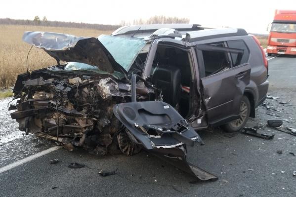 Из-за лобового столкновения на трассе погибли трое человек. Ещё троими сейчас занимаются врачи