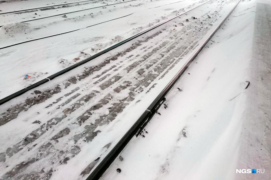 ВКемерово поезд сбил стоявшую около рельсов женщину