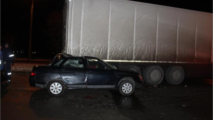 Водитель погиб на месте:в Кургане ВАЗ врезался в прицеп фуры