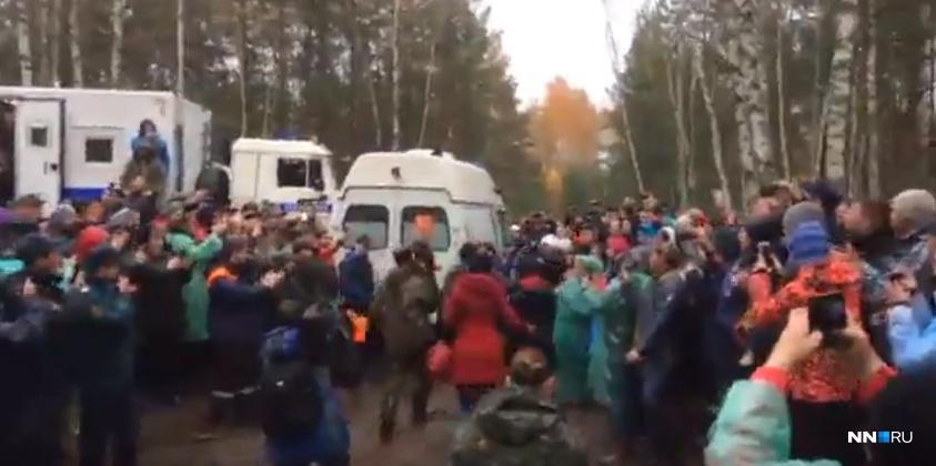 Добровольцев с ребенком на руках встречали овациями