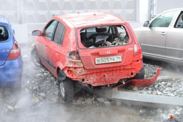 Недавно из-за прорыва трубы возле Центрального стадиона у машин выбило стекла