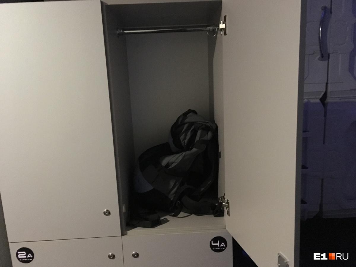 А вот ящики для чемоданов довольно вместительные