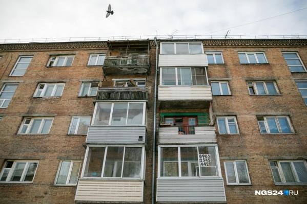Мужчина стоял за перилами балкона и грозился спрыгнуть