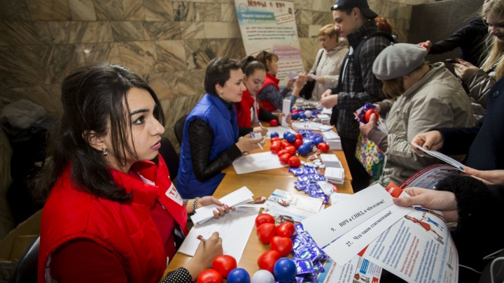 Сотням новосибирцев дали презервативы и подарки на входе в метро «Площадь Ленина»