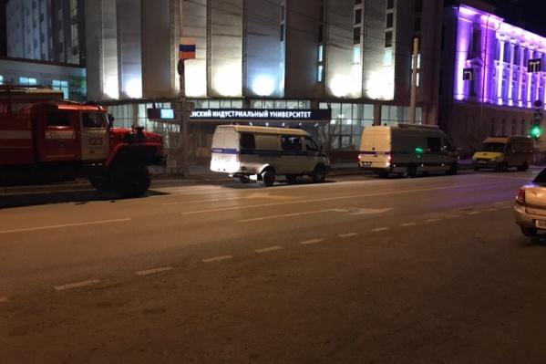 После вызова о странном предмете в аудитории ТИУ туда приехали МЧС, скорая и несколько машин полиции