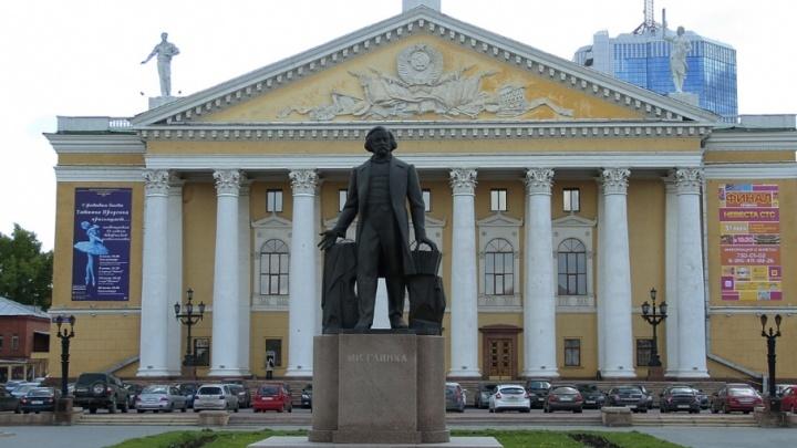 Будут долго и пышно цвести: на площади в центре Челябинска высадили тысячу кустарников