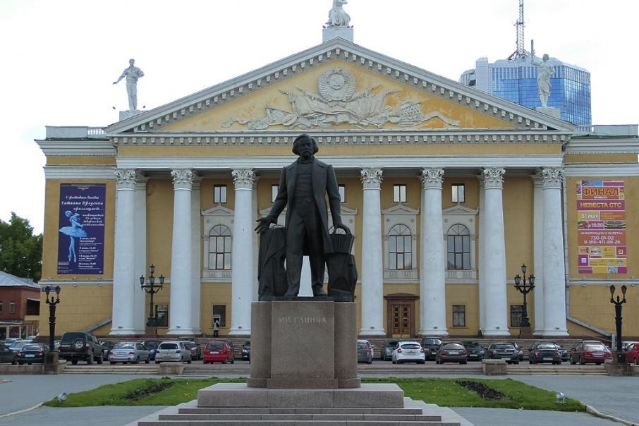 На этот раз территорию озеленили у Театра оперы и балета имени Глинки
