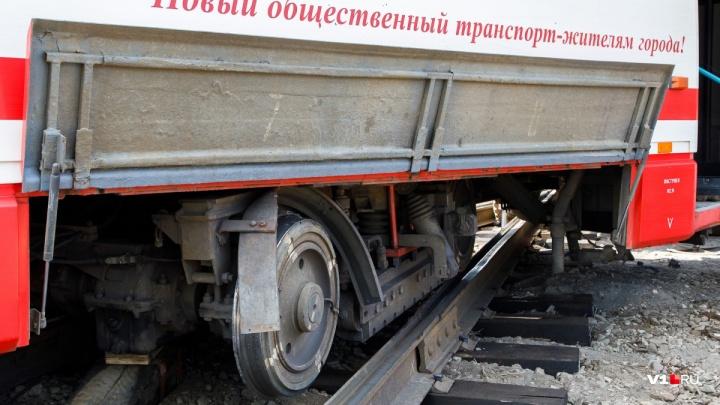 «Отвалилась деталь»: в Волгограде трамвай сошёл с рельсов