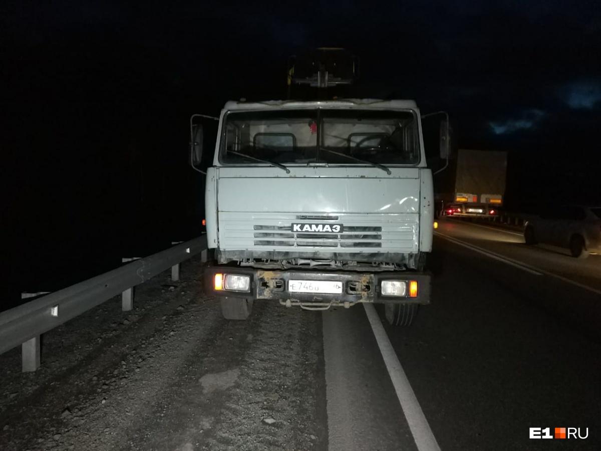 ВодительКамАЗа успел уйти на обочину, но столкновения избежать не удалось