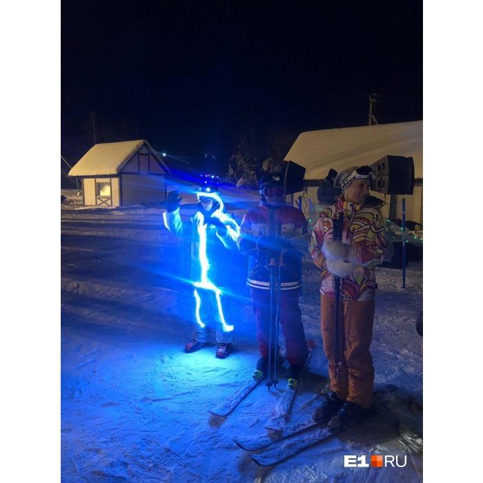 Съехав с горы, участники флешмоба посоревновались, чей костюм круче