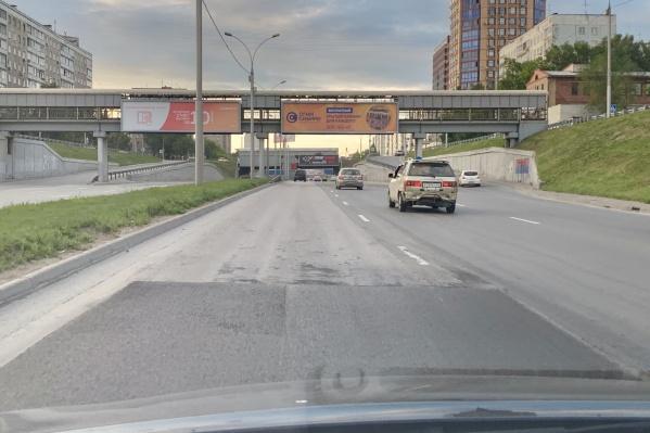 Новый асфальт на левой полосе Ипподромской магистрали внезапно заканчивается