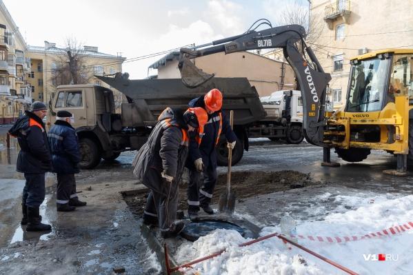 Коммунальщики прорываются к ржавой трубе у музыкальной школы на улице Пушкина