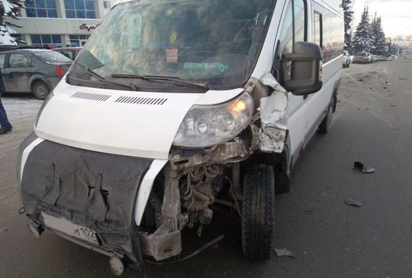 «Нива» протаранила автобус с 10 пассажирами в Уфе