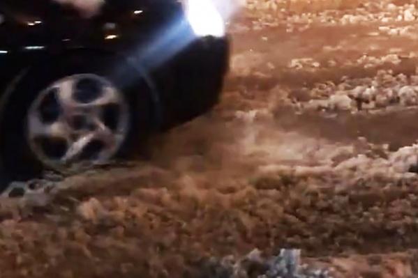 Автомобилистам приходилось ехать по дороге, залитой водой