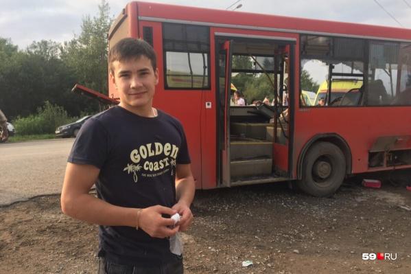 Данил на месте аварии — он уехал, когда скорые забрали всех пострадавших