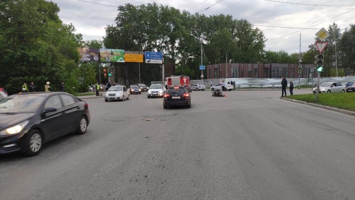 На Сибирском тракте пенсионер на Chevrolet выехал на красный и сбил мотоциклиста с подругой