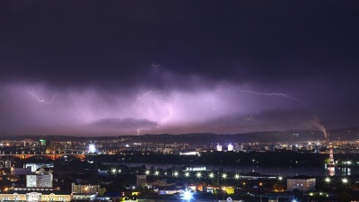 На Красноярск обрушился сильный ветер. Десятки домов без света