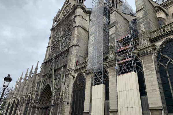 Так собор выглядел ещё пару недель назад. Строили Нотр-Дам де Пари почти 200 лет — с 1163 по 1345 год