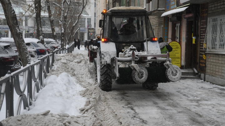 Убирайте машины: в Екатеринбурге начали чистить от снега парковки, остановки и проезды