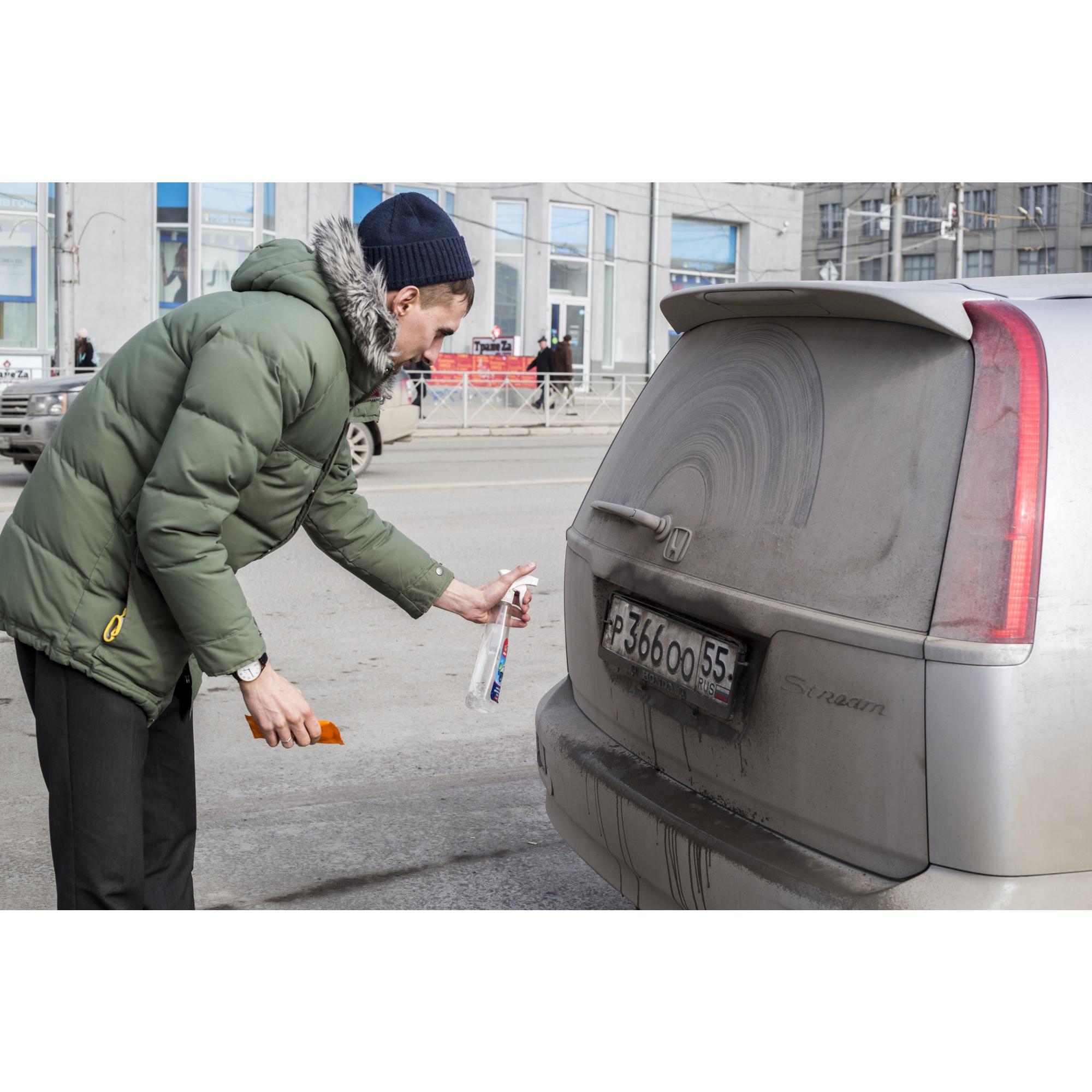 Чтобы смыть грязь с госномеров, некоторые водители воспользовались жидкостями