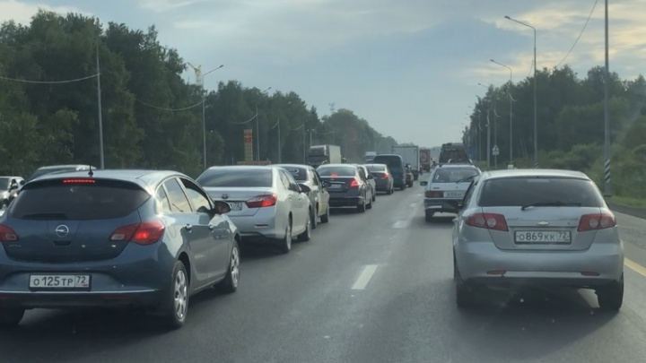 «Каждый вечер стоим в километровых пробках»: на Московском тракте закрыли три левых поворота