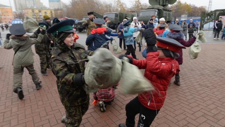 У ДИВСа казаки научили детей драться на мечах, пока внутри шли национальные бои