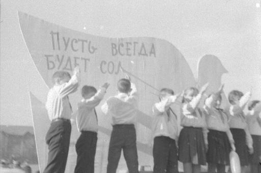 Группа пионеров у транспаранта на площади Куйбышева во время демонстрации,&nbsp;1967 год<br>