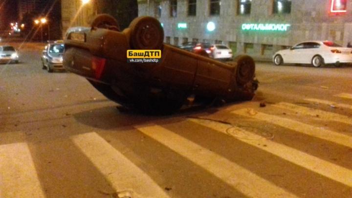В центре Уфы столкнулись легковушки: одна машина перевернулась