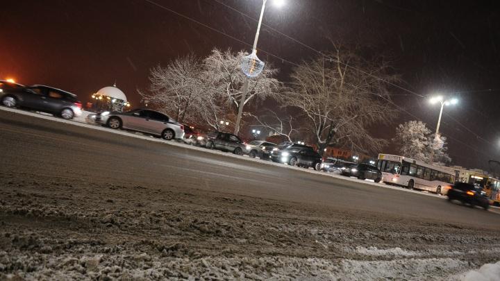 На дорогах — десяток ДТП: Екатеринбург застыл в 9-балльных пробках