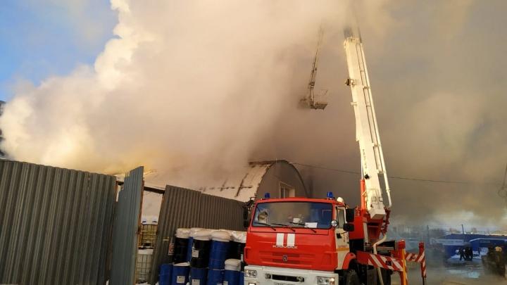 Пожарные справились с огнем большого пожара на Сортировке, но спасти помещение им не удалось
