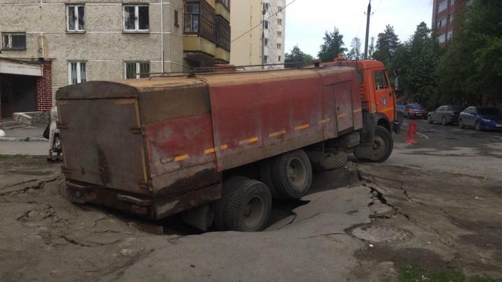 На Старой Сортировке асфальт провалился под грузовиком Водоканала