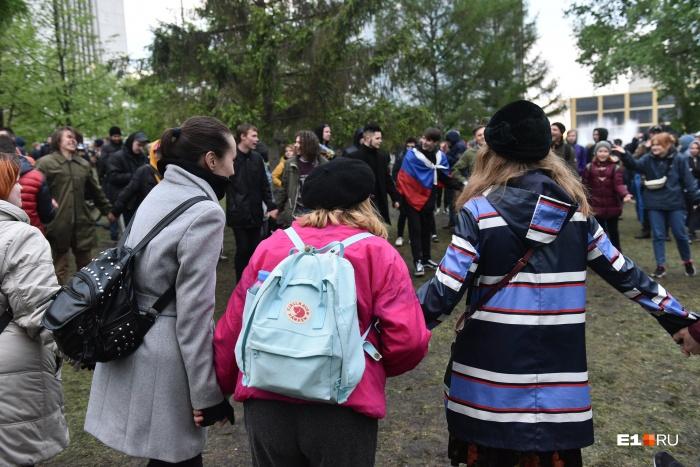 В пятницу екатеринбуржцы снова пришли в сквер, но уже не протестовать