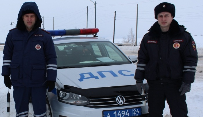 Полицейские помогли замерзающему на трассе водителю грузовика со сломанным двигателем