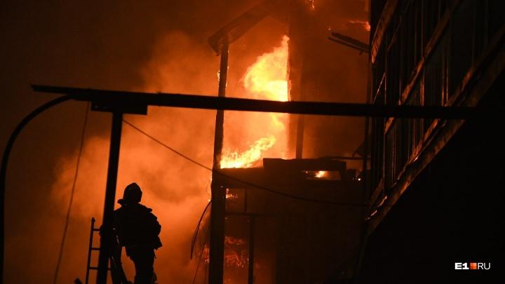 Огненный фоторепортаж: 12 впечатляющих кадров с пожара на Радищева