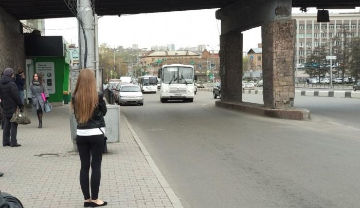 После отмены маршрутов на остановки вывели чиновников, которые разъясняют изменения пассажирам