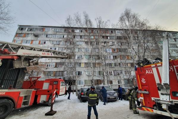 Спасатели экстренно эвакуировали людей из жилого дома. Мужчину, который устроил этот пожар, с места происшествия увезли в полицию