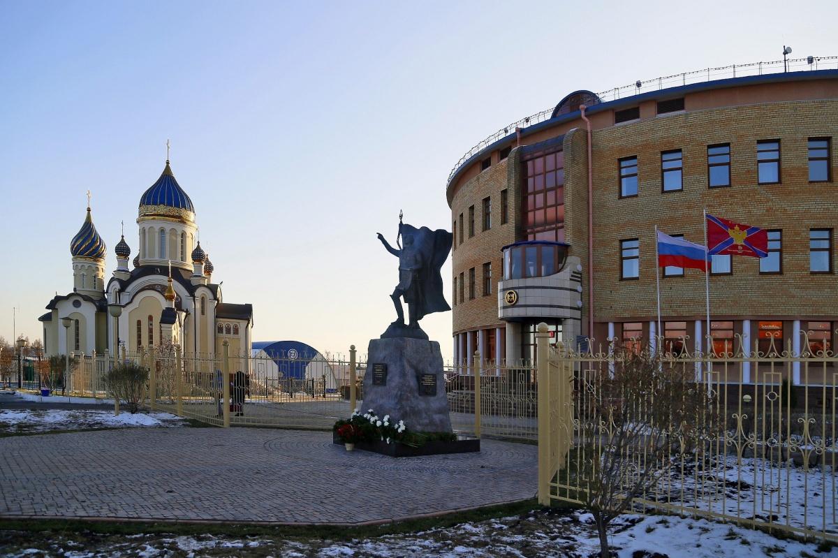 ВАмуре установили двухметровую скульптуру Суворова скартой вруках