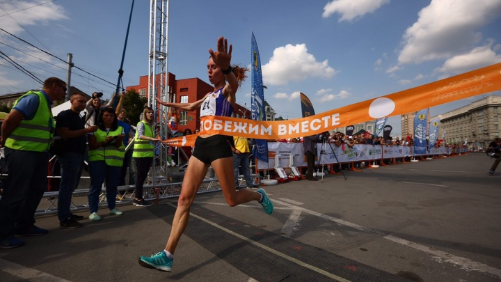 Едва не подвёл асфальт на Красном: сибирячка в четвёртый раз выиграла полумарафон Раевича