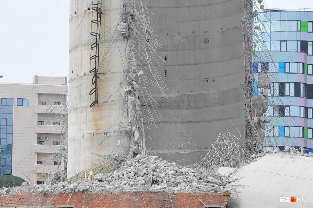 Обратите внимание: слева у основания ствола в той же форме «пирамидки» под грудой бетона аккуратно лежит песок, из которого вчера делали укрытия для закладки газогенератора