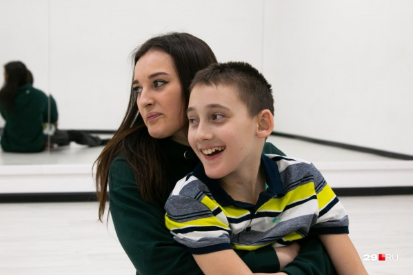 Леша подружился с Есенией и другими ребятами на занятиях по инклюзивному танцу