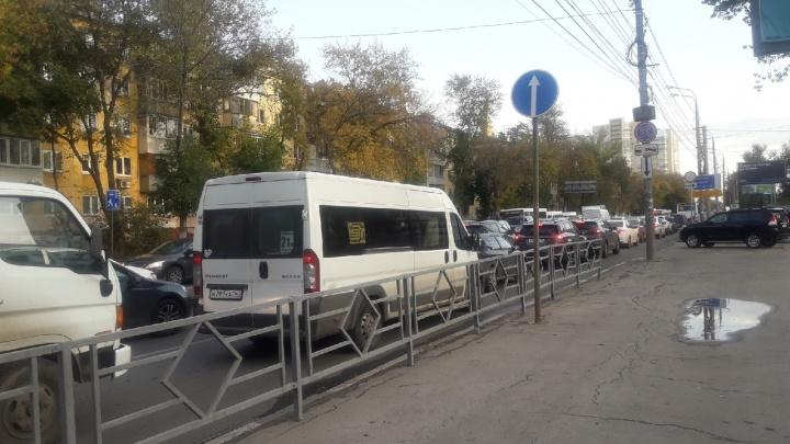 «Хорошо стоим!»: улицу Авроры сковала многокилометровая пробка