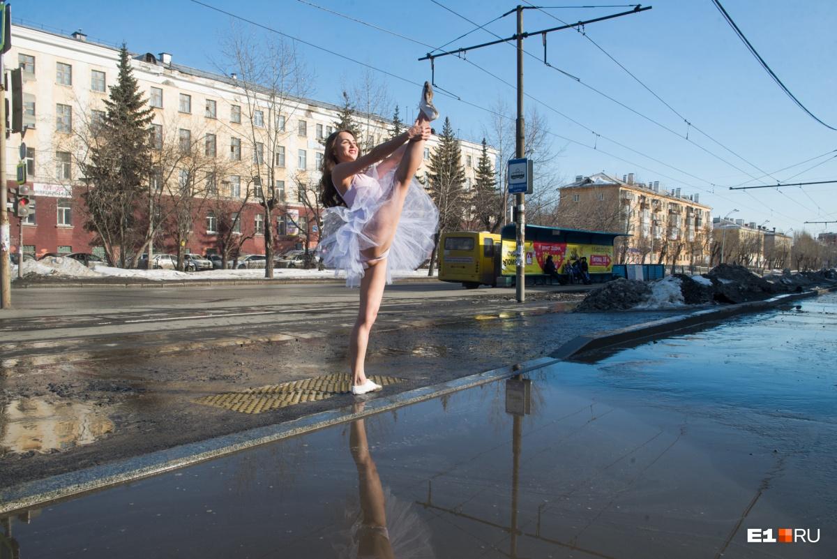 Фотопроект E1.RU: балерина и каратист побеждают снежный дрист