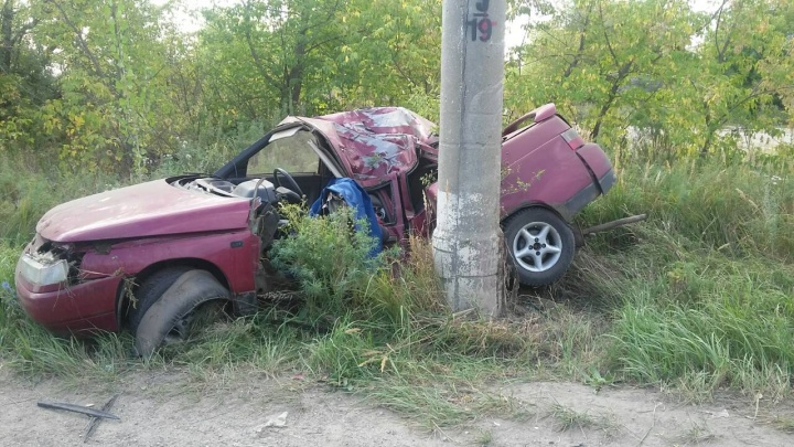 Удар пришелся на крышу: в Новокуйбышевске «десятка» на скорости врезалась в столб