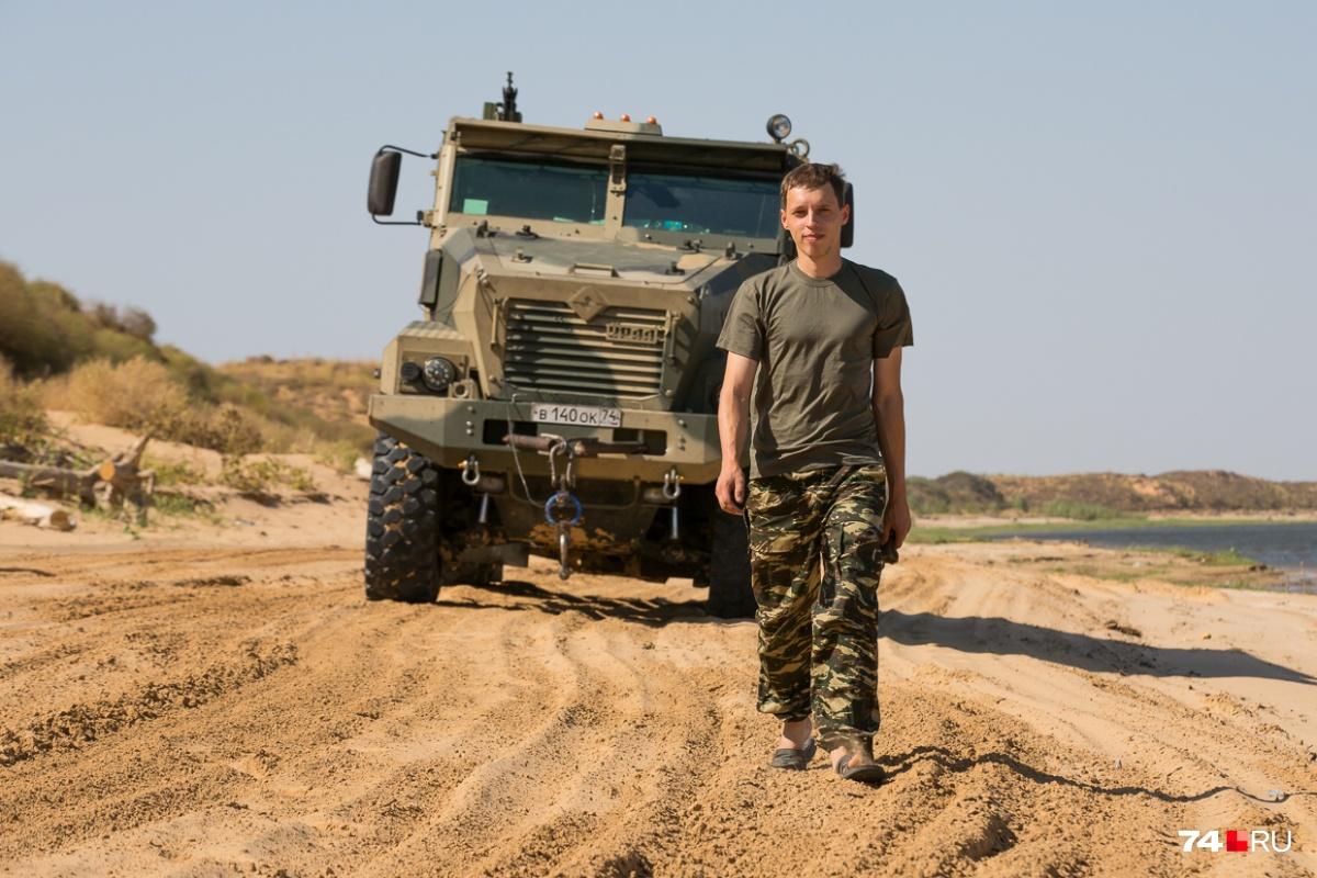 Юрий Найман тестирует гражданские и военные грузовики автозавода «Урал». На фоне — бронированный «Тайфун-У»